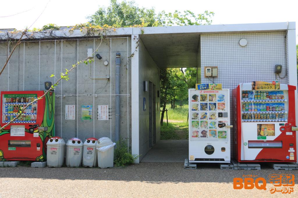 芦屋浜BBQコーナー隣接の遊具広場のトイレと自動販売機