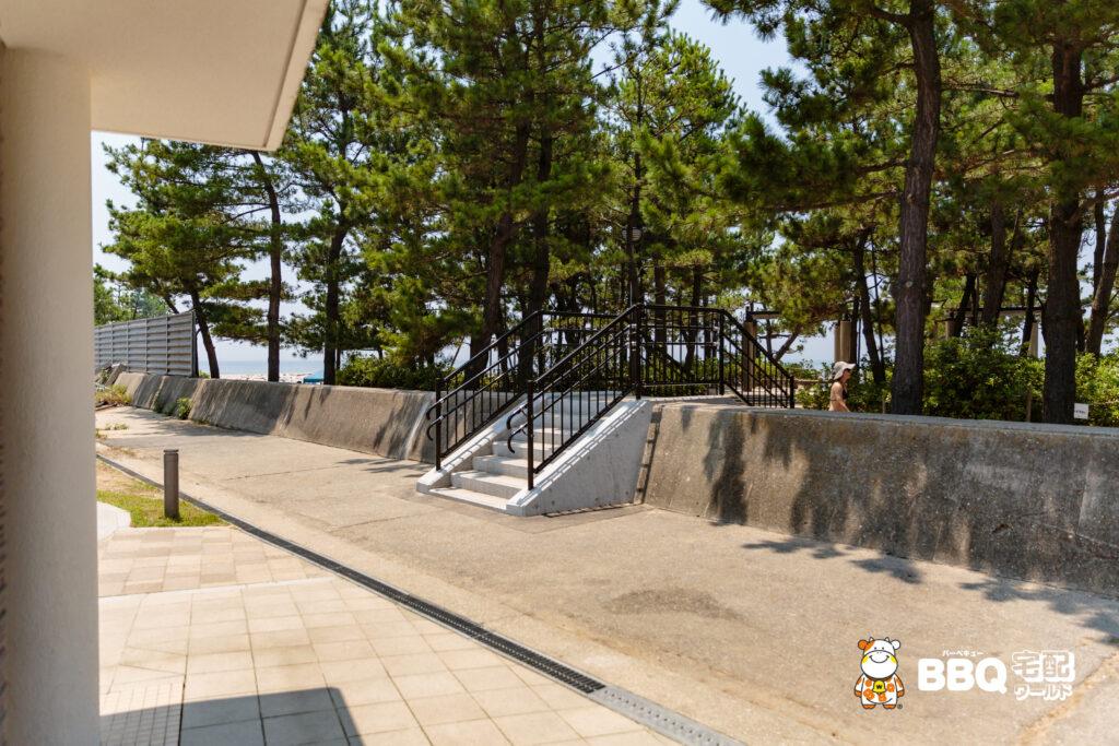 林崎松江海岸のBBQエリアへと続く階段