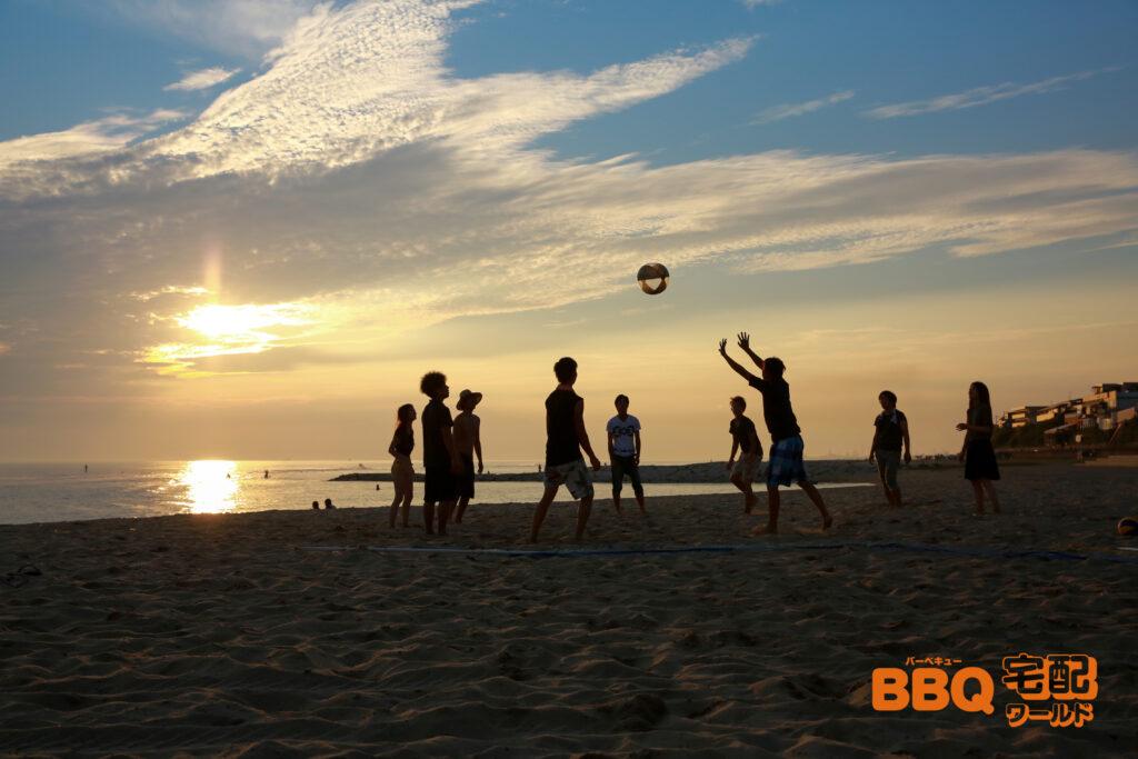 林崎松江海岸BBQエリアでバレーボールを楽しむ人