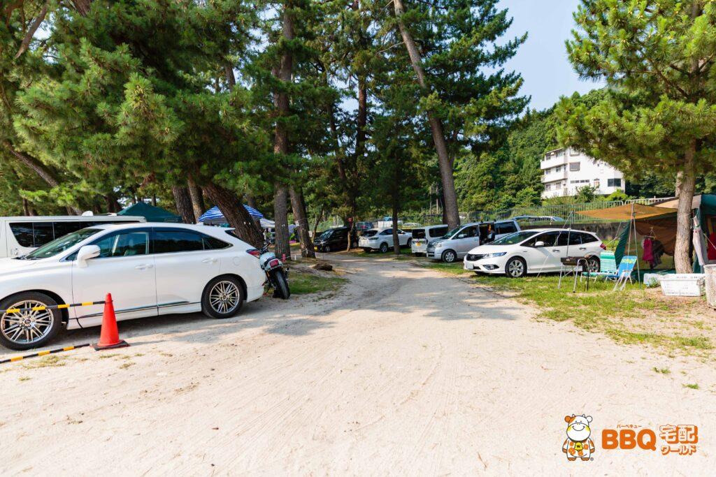 白ひげ浜水泳キャンプ場の駐車場入口