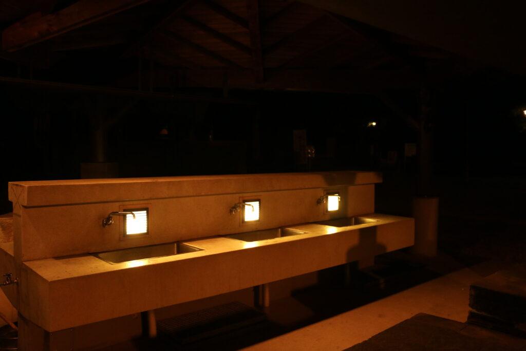 市ノ池公園BBQサイトの炊事棟(夜間照明)