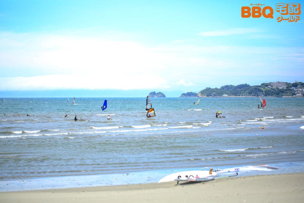 浜の宮海水浴場でウィンドサーフィンを楽しむ人