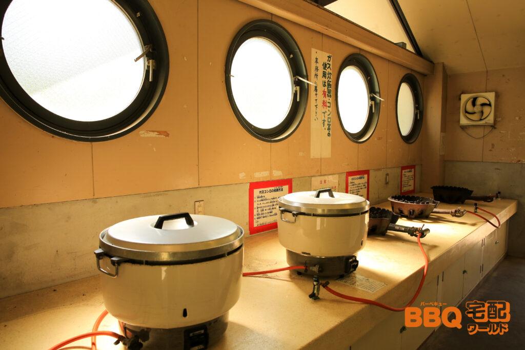 三田市野外活動センターの炊飯棟内の大型ガス炊飯器