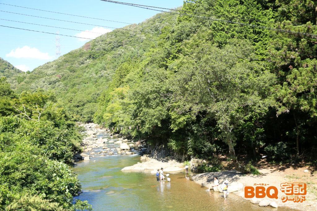 三田市野外活動センターBBQエリアを流れる羽束川での水遊び