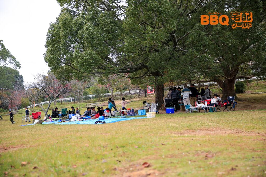 日岡山公園でBBQをする人