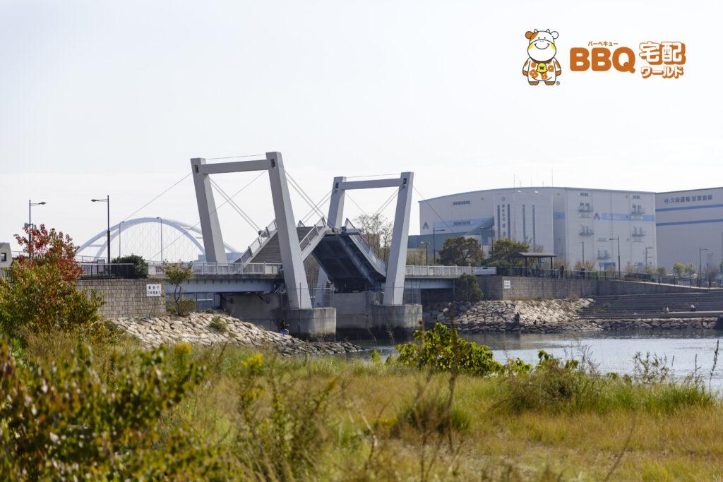 御前浜橋の跳ね橋が上がる