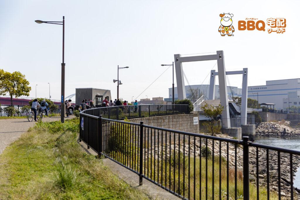 御前浜橋の跳ね橋を待つ人々