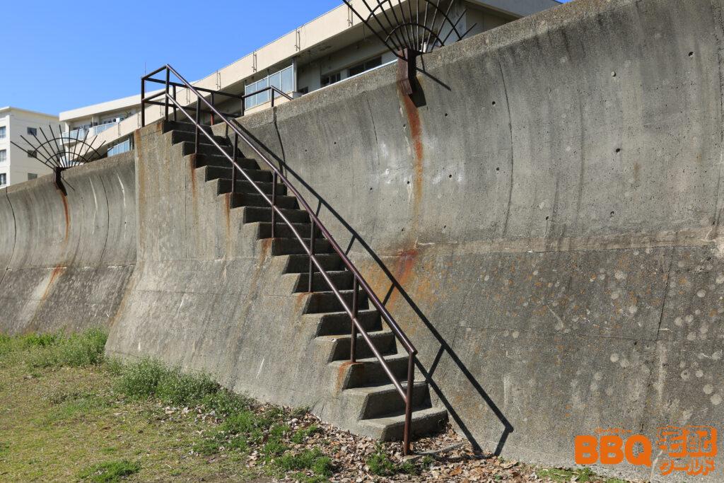 御前浜BBQエリアの防波堤にかかる階段