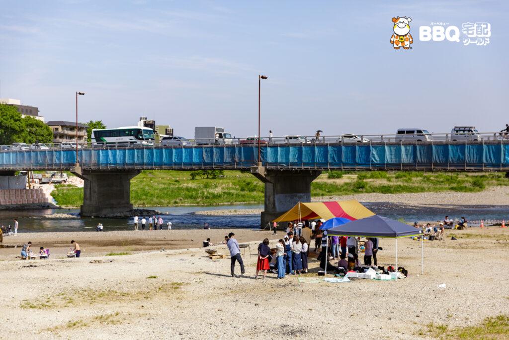 松尾橋でのBBQ風景高架下