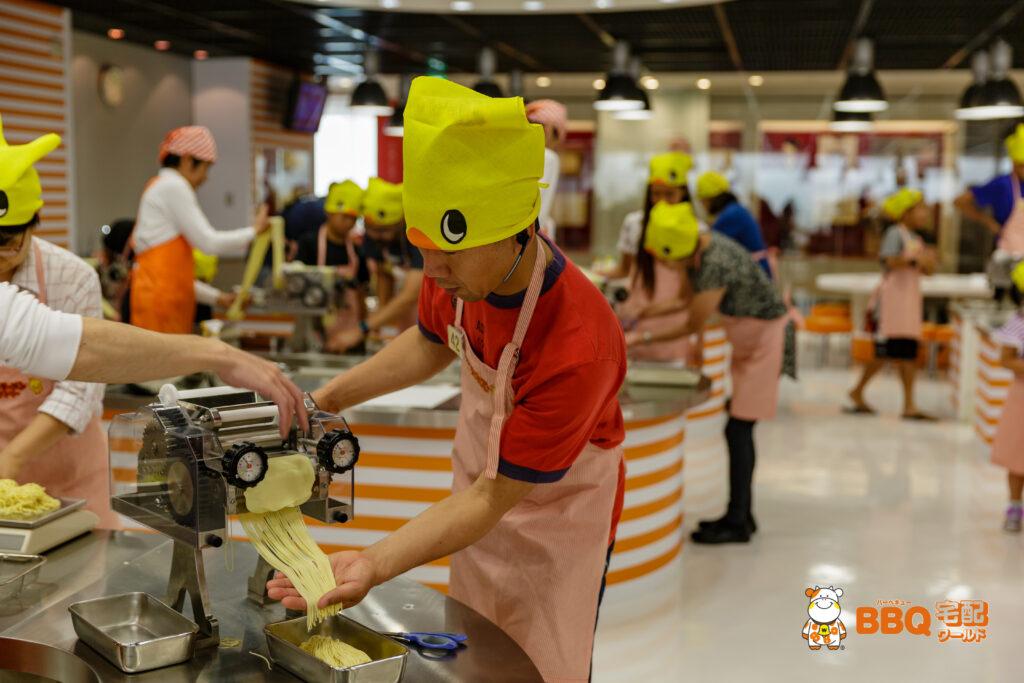 チキンラーメンファクトリー麺を切る