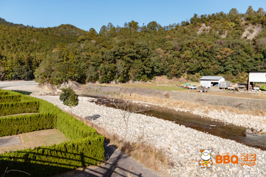 小口キャンプ場サイトと川辺広場