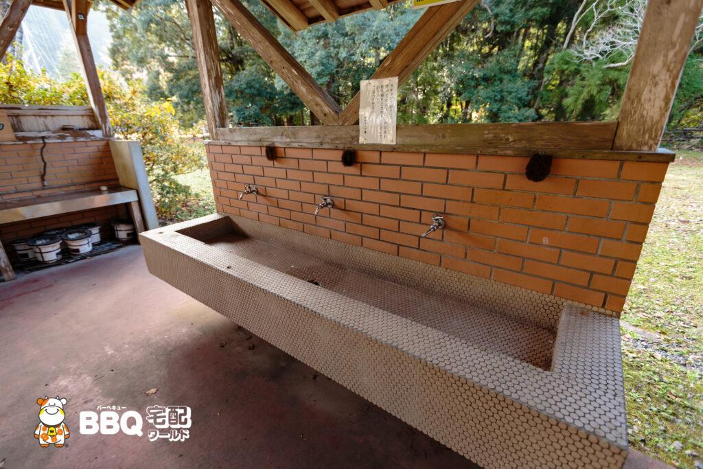 小口自然の家BBQ炊事棟の水道