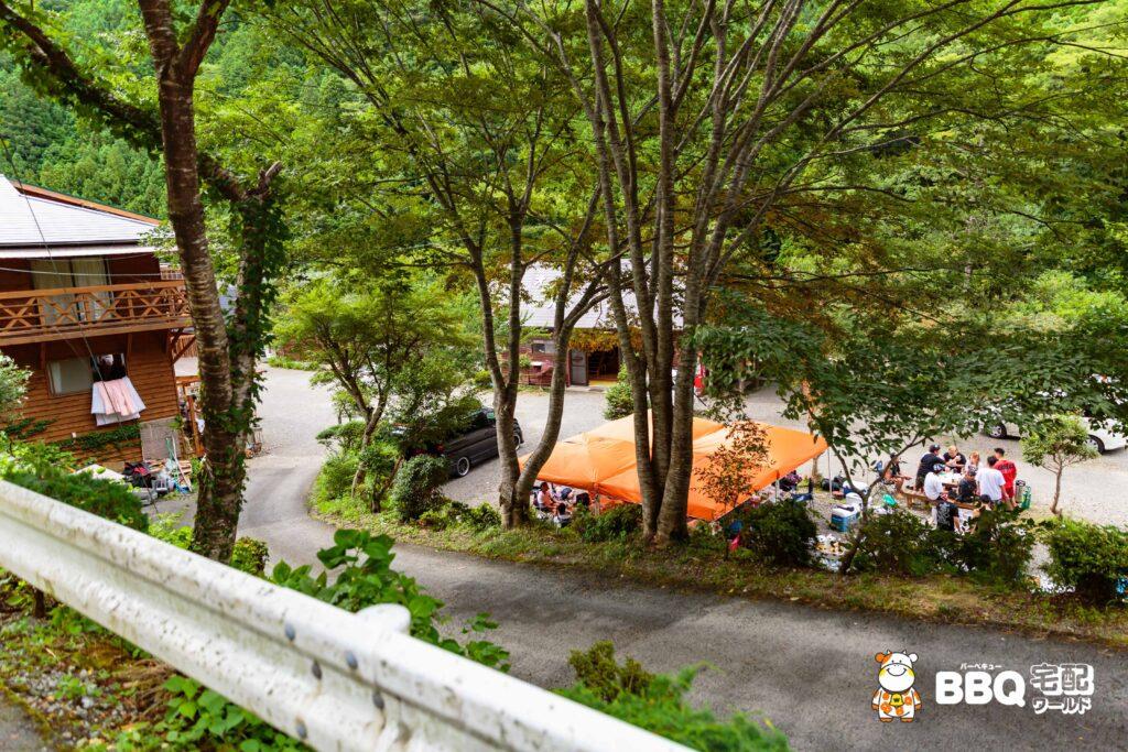 オートキャンプ場庵の郷の管理棟近くの砂利区画