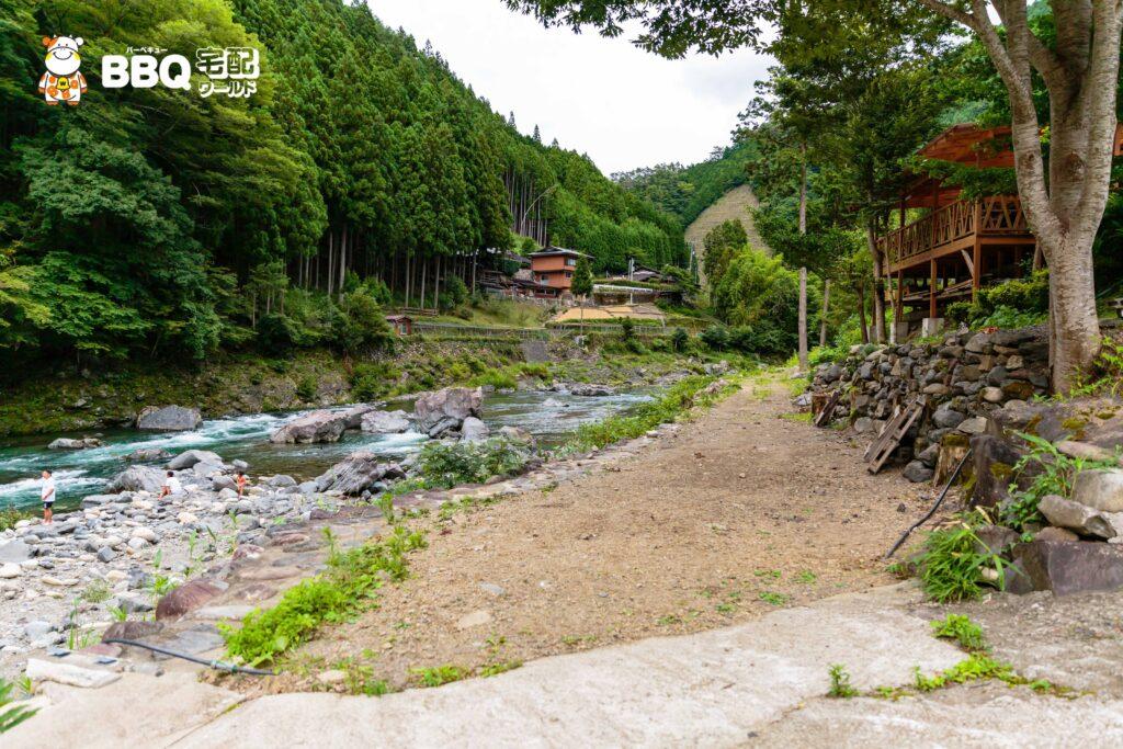 オートキャンプ場庵の郷の川べりの区画