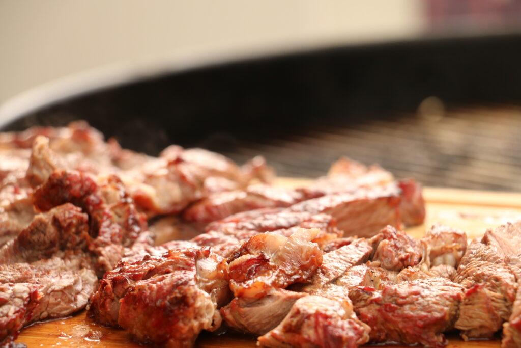 牛肉をBBQで焼く
