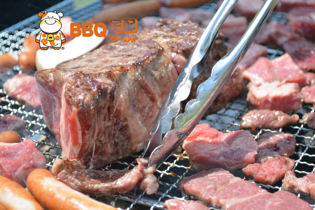 バーベキューで焼く厚切り牛肉