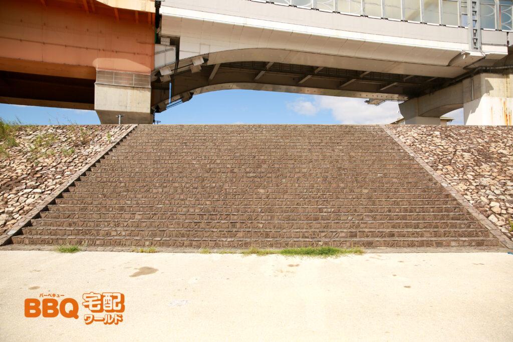 ドラゴンランドBBQ河川敷への階段