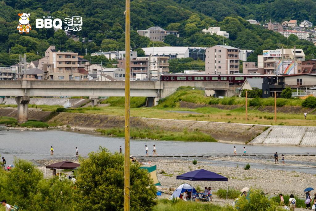 ドラゴンランド河川敷と阪急電車