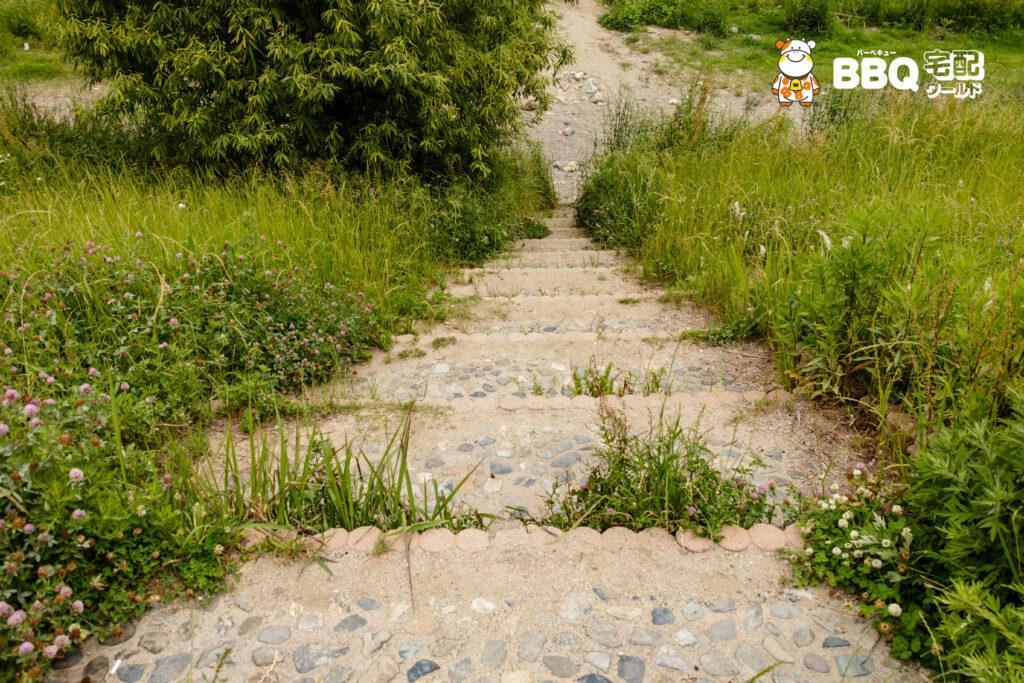 ドラゴンランドBBQ川辺までの階段