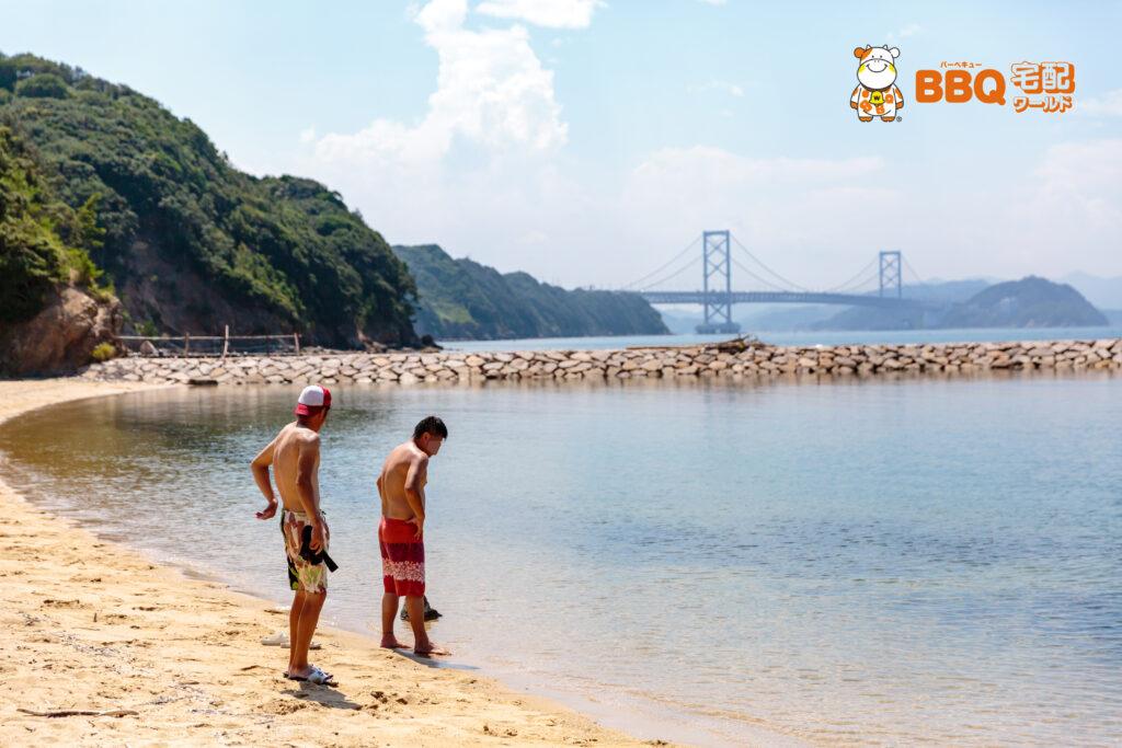 伊毘うずしお村海水浴客と鳴門大橋