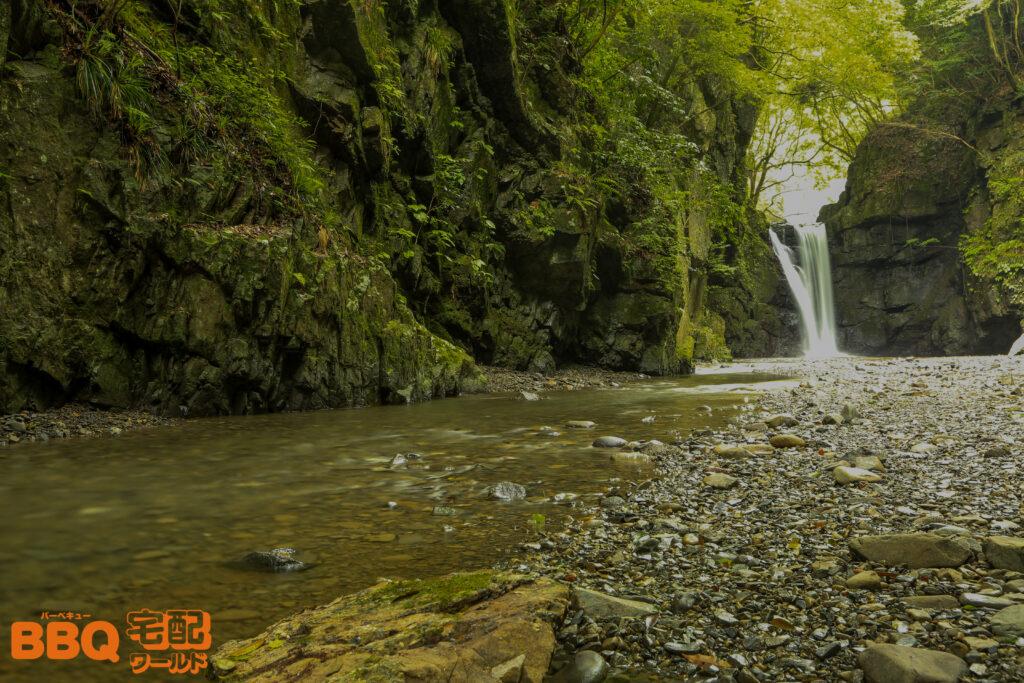 光滝寺キャンプ場の光滝と滝から続く川