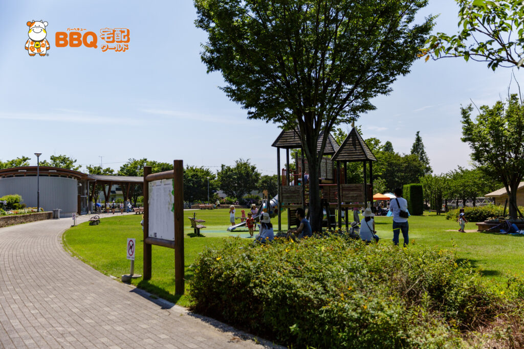 野添であい公園の児童遊具の遊歩道