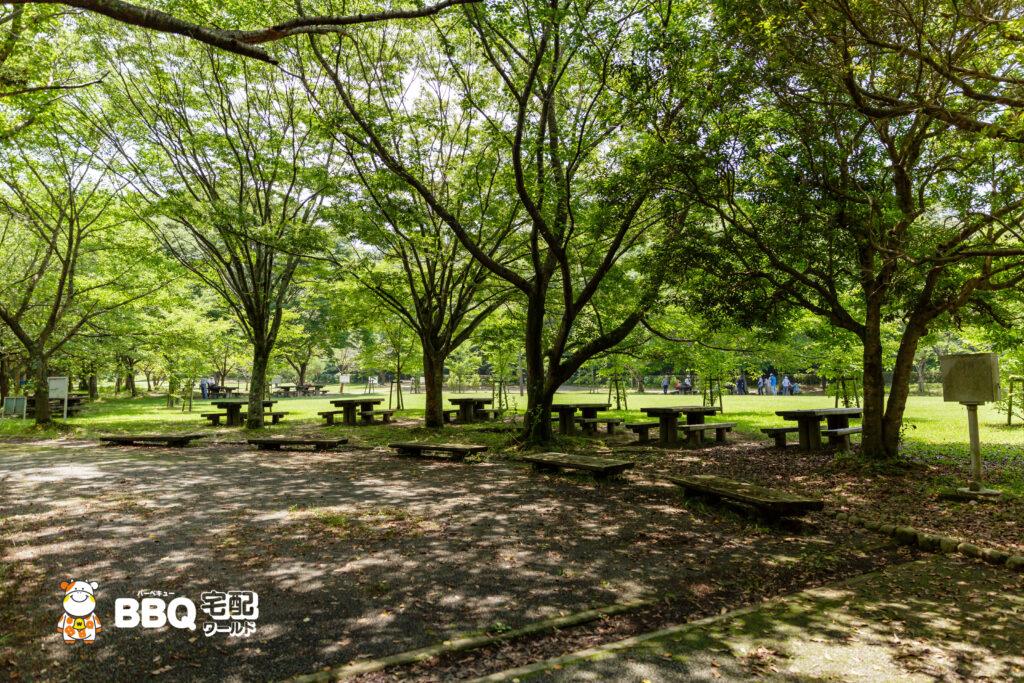 志方東公園BBQ場の机と椅子