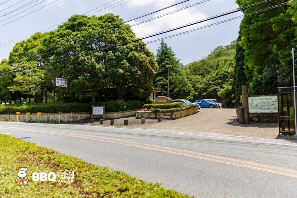 志方東公園テニス場横駐車場入口
