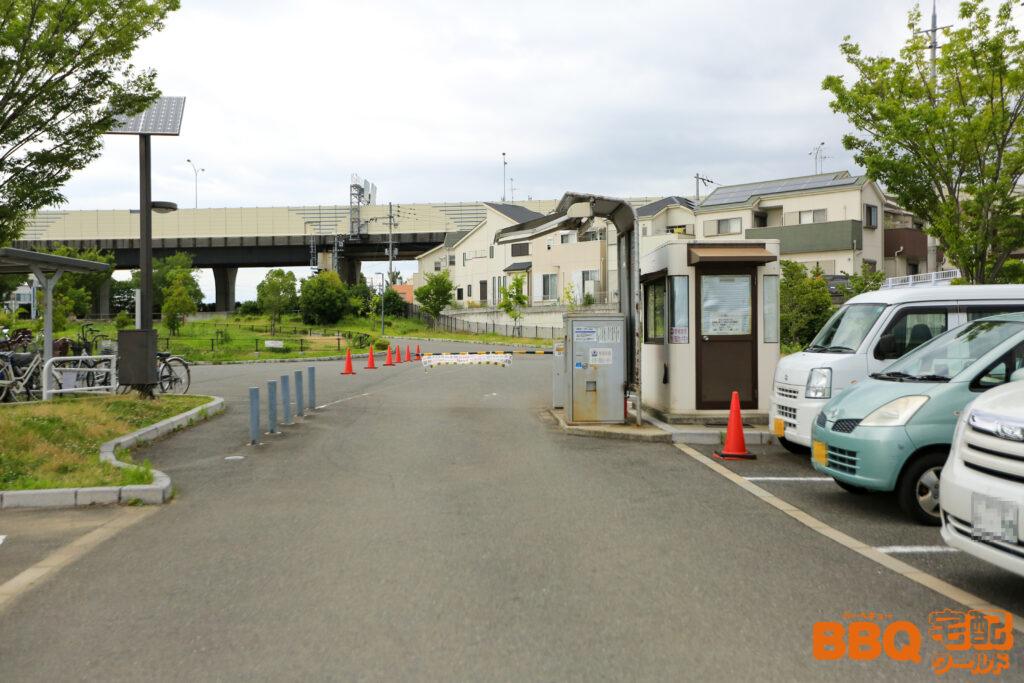 原池公園の駐車場出入口